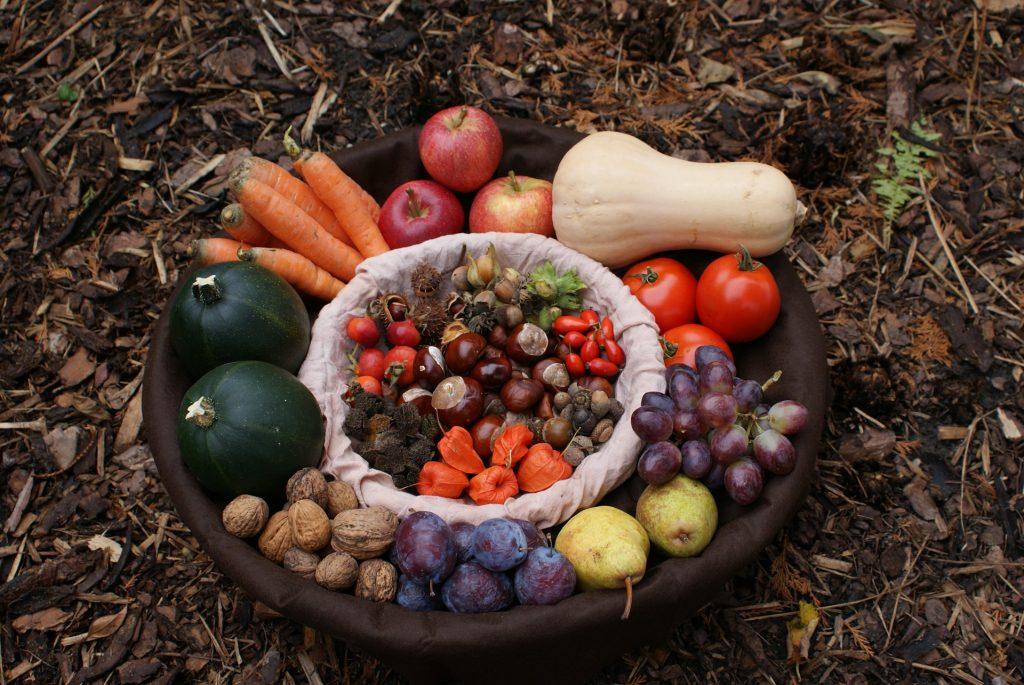 Októberben termő őszi gyümölcsök és zöldségek nagy tálban
